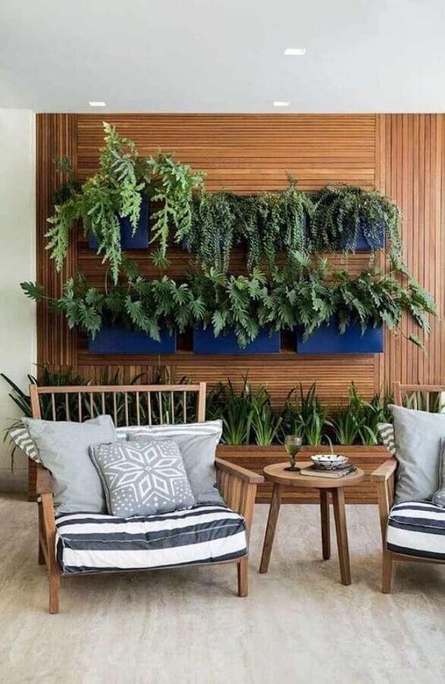 64. Poltrona confortável para varanda decorada com jardim vertical – Foto: Pinterest