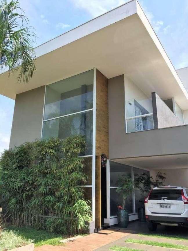 40. Cores para fachadas de casas modernas com muro de plantas e janelas de vidro – Foto Fernand Rroma