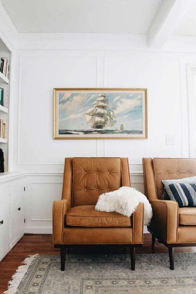 69. Sala branca decorada com poltronas confortáveis marrom – Foto: Clark & Co. Homes