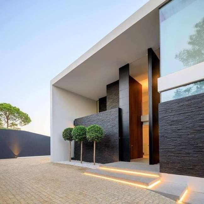 56. Decoração de casas modernas com cores para fachadas de casas branco e revestimento preto – Foto Revista VD