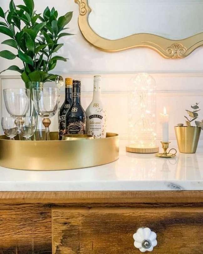 41. Modelo de bandeja de bar redonda e dourada. Fonte: Rock and Home
