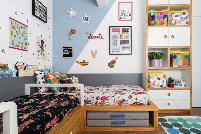 2. Decoração de quarto infantil compartilhado com cama planejada e parede com pintura geométrica – Foto: Renata D'Almeida para MOOUI