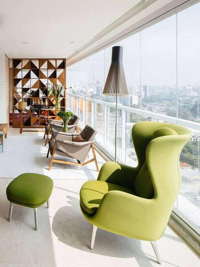 18. Decoração com poltrona confortável para varanda de apartamento grande – Foto: Archdaily