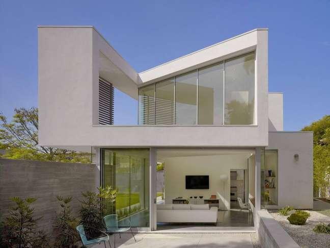 8. Cores para fachada de casas cinza branco com janelas de vidros – Foto Revista VD