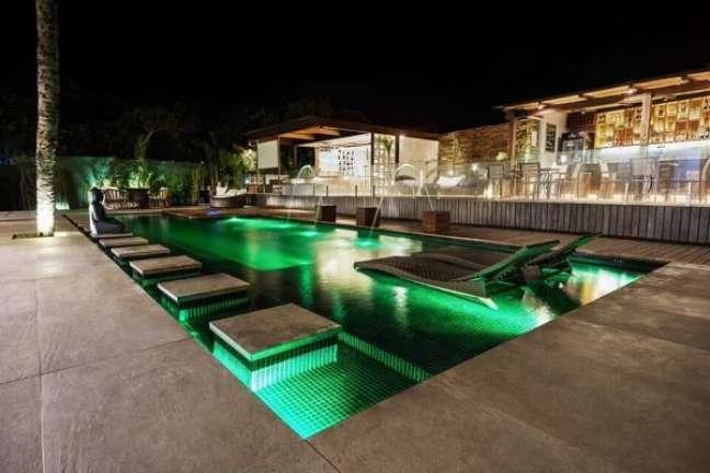 113. Piscinas modernas para casas grandes com iluminação verde dentro da piscina e espreguiçadeiras – Foto Unlimited Pool