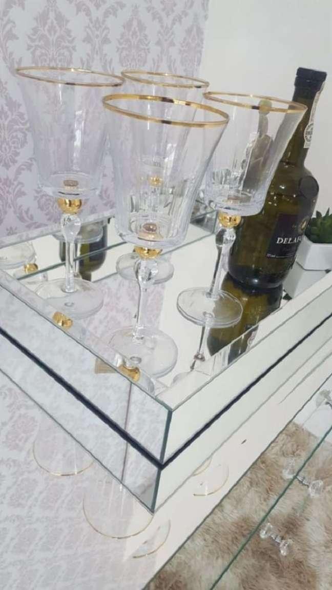 42. Modelo de bandeja espelhada para bar para decorar seu cômodo. Fonte: Pinterest