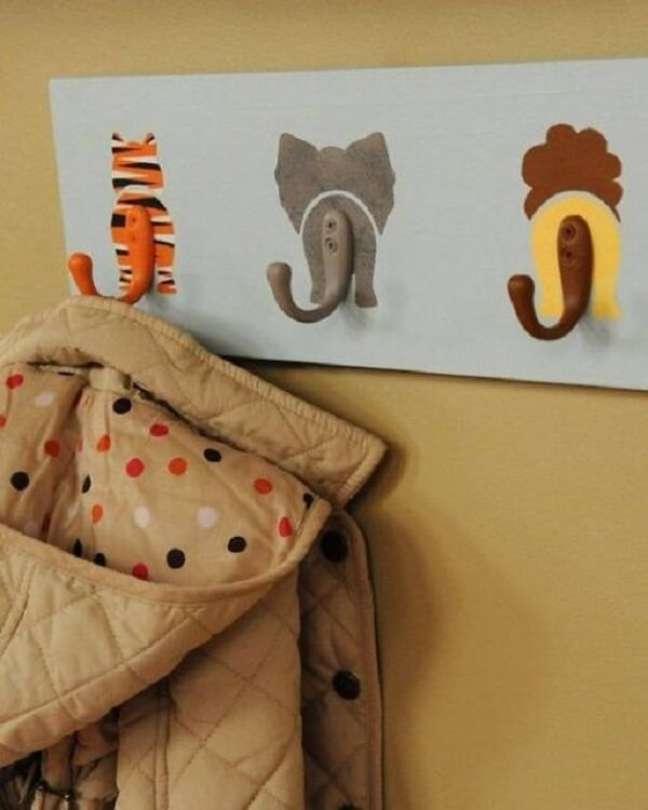 54. Que tal investir em ganchos de parede de animais para quarto de bebê safári? Fonte: Pinterest