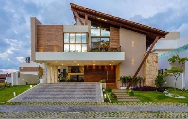 68. Garagem coberta acoplada a entrada da casa com cores para fachada de casas em tons neutros – Foto Ideias De Fachadas