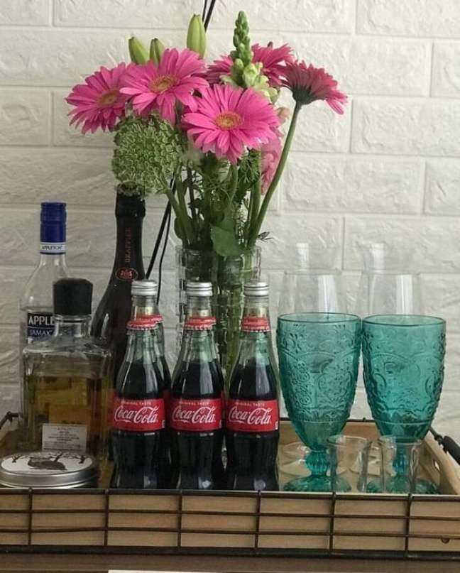 14. A bandeja de bar não precisa ter apenas bebidas alcoólicas. Fonte: Ero Decora