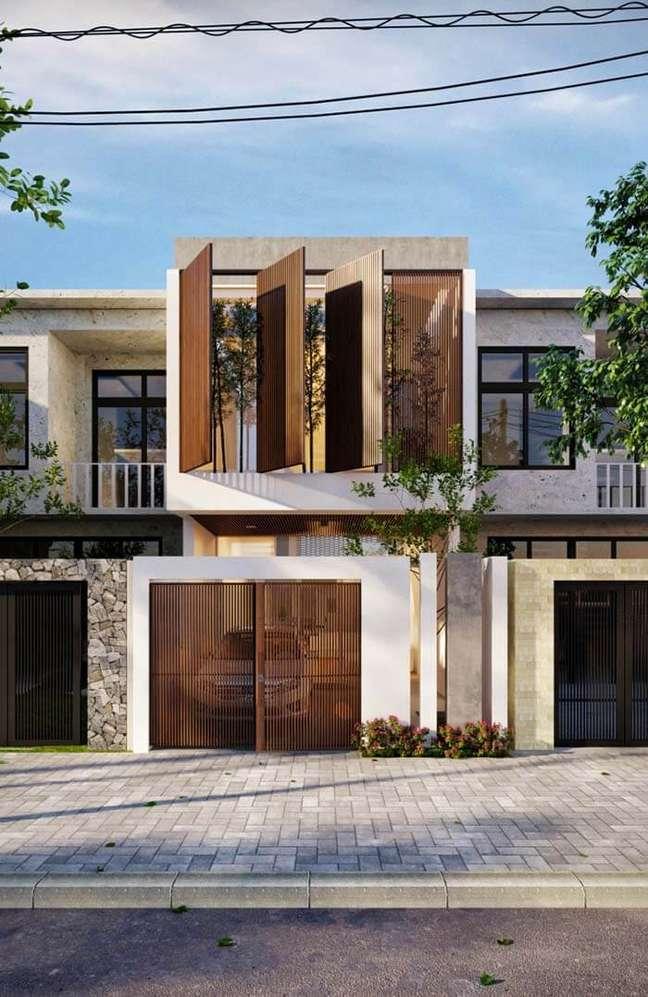 5. Casa moderna com cores para fachada branca com janelas e portão de madeira – Foto Pinterest