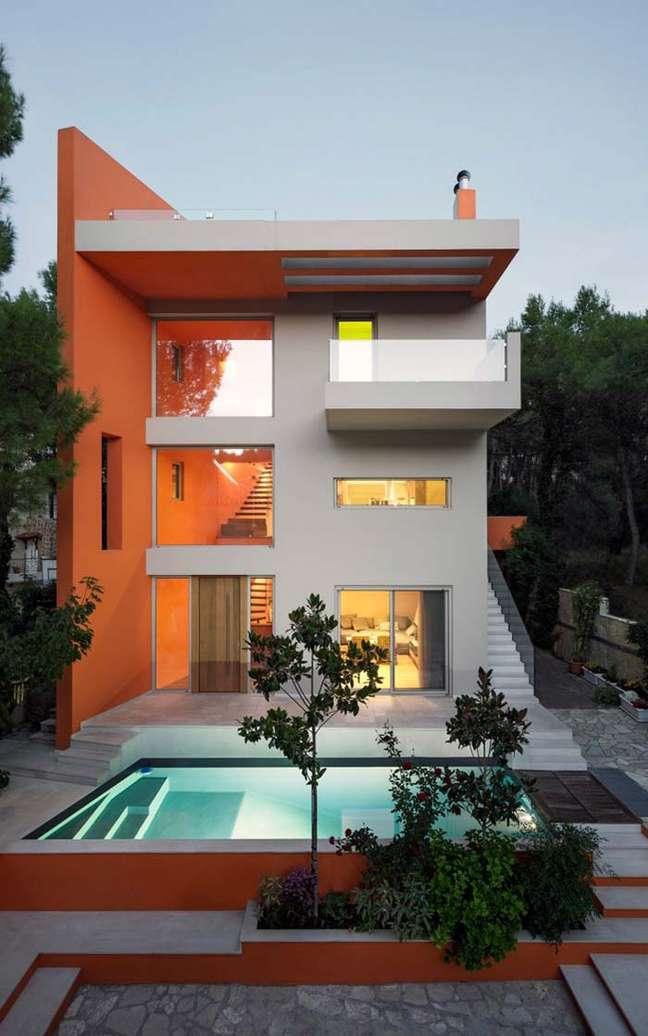 38. Cores para fachadas de casas laranja e cinza com piscina na decoração -Foto Pinterest