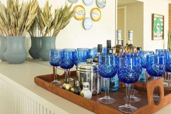 39. Modelo de bandeja bar madeira organiza taças azuis. Projeto de Rogério Galli