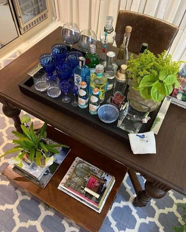 47. O vaso de plantas pode trazer um toque de frescor para a bandeja bar decoração. Fonte: Honeida Alves