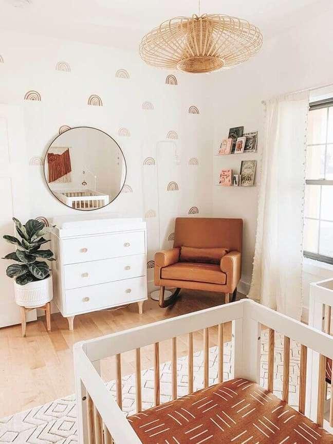 66. Quarto de bebê decorado em cores claras com poltrona confortável marrom de balanço – Foto: Pinterest