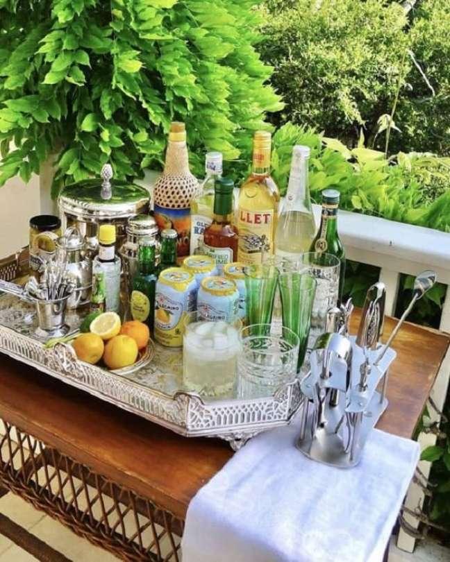 28. Coloque sobre a bandeja bar suas bebidas preferidas. Fonte: Pinterest