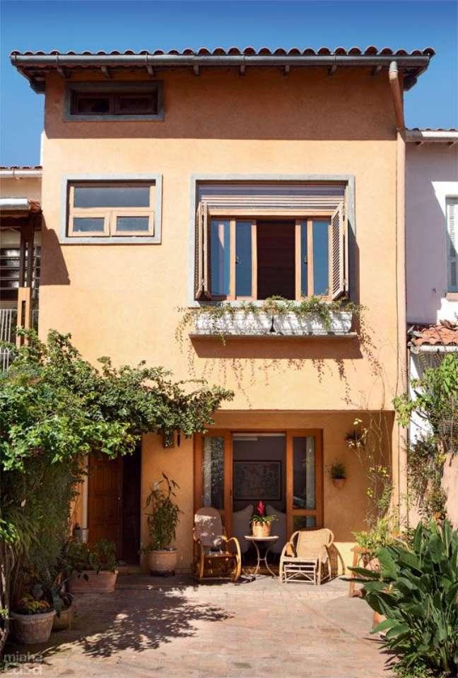69. Ideia de cores para fachada de casas em laranja claro com flores no jardim – Foto Pinterest
