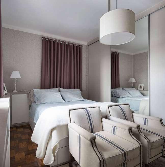 50. Poltrona confortável para quarto de casal decorado em cores claras com guarda roupa espelhado – Foto: Pinterest