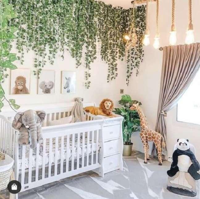 11. A folhagem artificial fixada na parede e teto realçam a beleza do quarto de bebê safari. Fonte: Pinterest