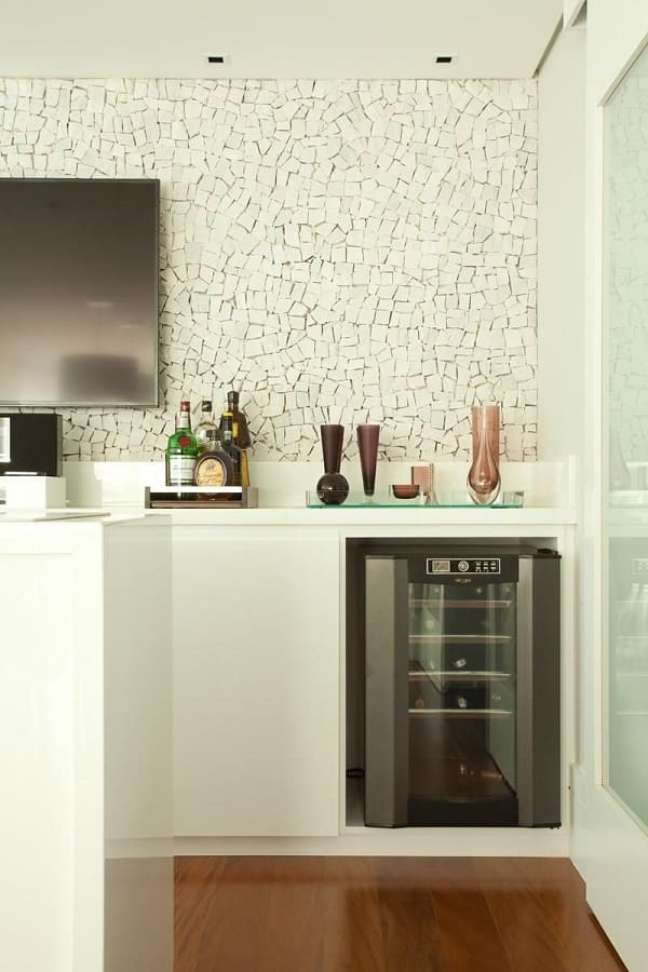 21. Área gourmet com adega e bandeja bar decoração com acabamento de vidro. Projeto de Liliana Zenaro