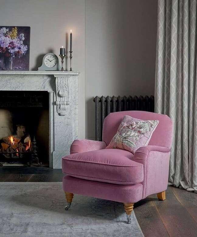 73. Sala com lareira decorada com poltrona confortável rosa – Foto: Laura Ashley