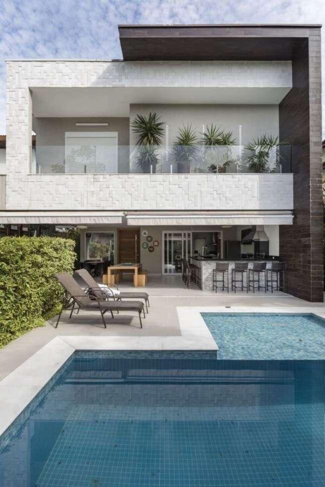 46. Casa com piscinas modernas e espreguiçadeiras e móveis resistentes a água – Foto Arquitetura e Construção