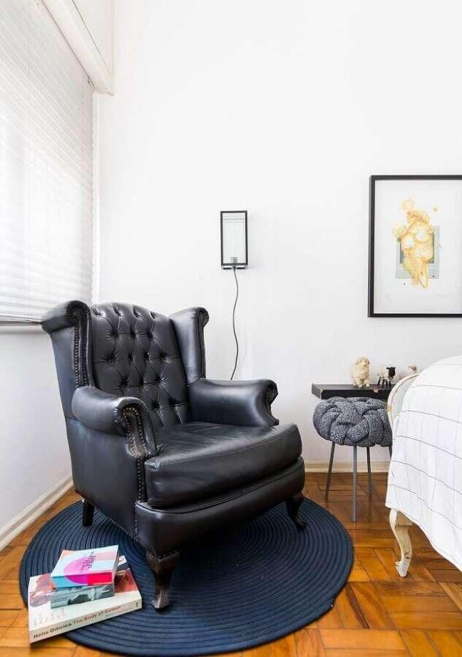 21. Decoração de quarto branco com poltrona confortável capitonê preta – Foto: Histórias de Casa