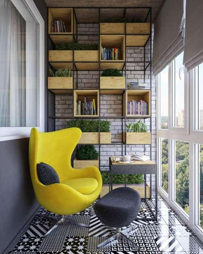 5. Poltrona confortável para varanda decorada com estante industrial – Foto: Homify
