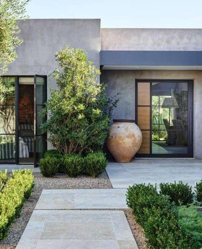 36. Cores para fachadas de casas em tons de cinza e jardim moderno – Foto Half Baked Harvest