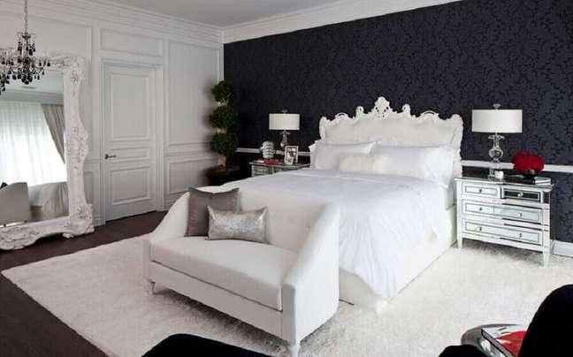 4. Espelho grande e papel de parede para quarto preto e branco decorado com estilo provençal – Foto: Pinterest