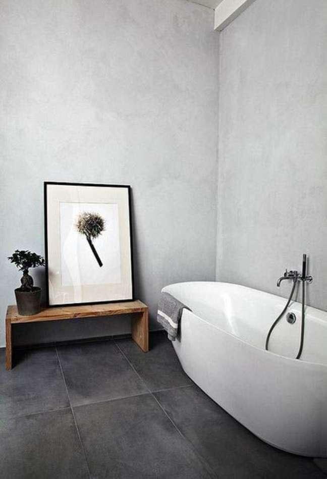 22. Banheiro com decoração minimalista e piso de ardósia preta – Foto From Luxe With Love