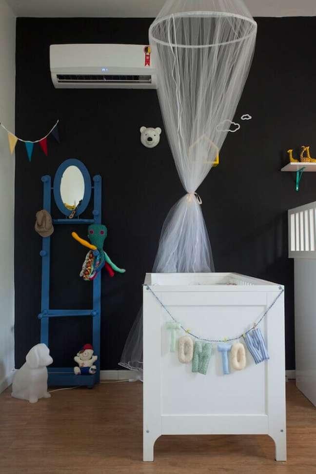 51. Quarto de bebê preto e branco decorado com varal de bandeirinhas – Foto: Jeito de Casa