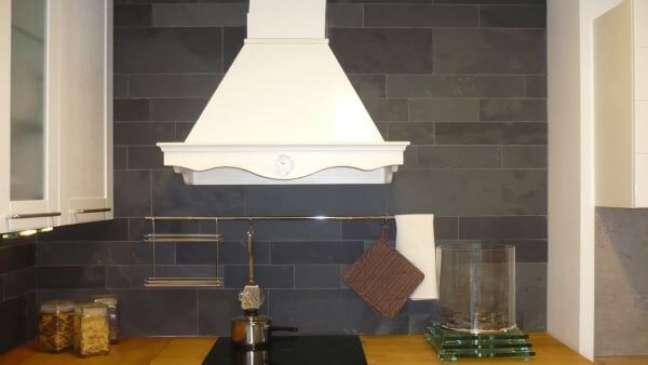 28. Casa com ardósia preta na parede da cozinha moderna – Foto Decoração Online