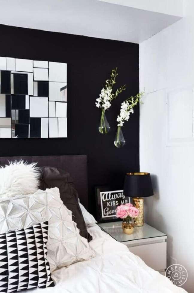 24. Decoração de quarto preto e branco com vasos de parede e abajur dourado – Foto: Fashionismo