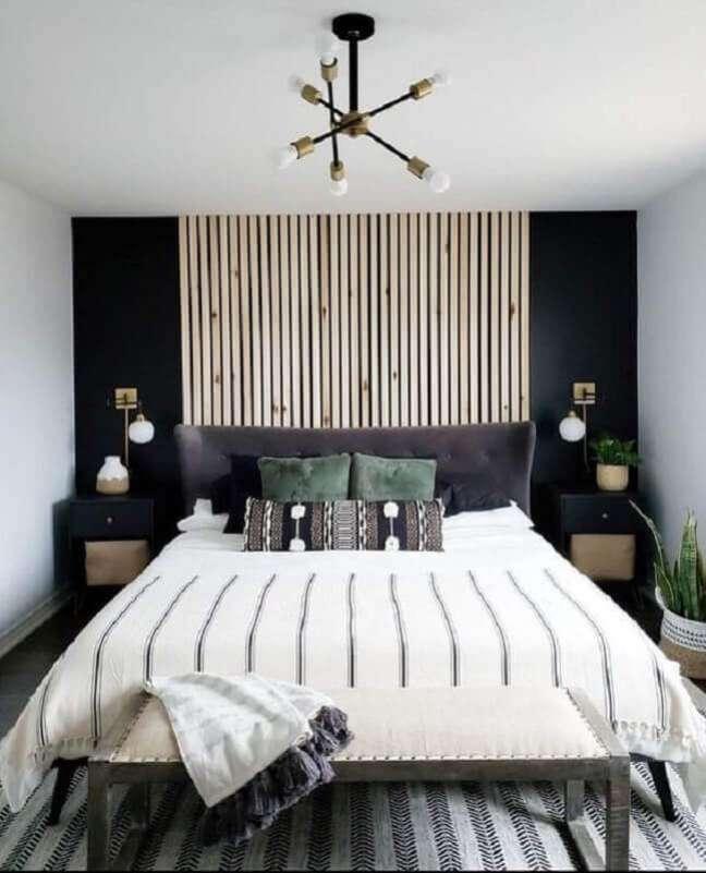 21. Decoração de quarto preto e branco com painel ripado e lustre moderno – Foto: Home Fashion Trend
