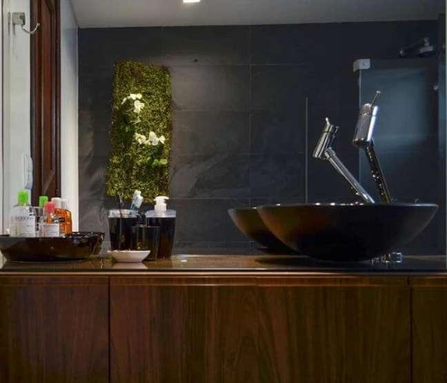 21. Banheiro com ardósia preta na parede e móveis de madeira – Foto Pinterest