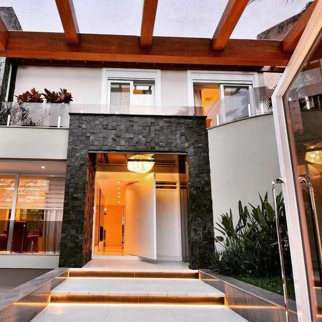 40. Fachada de casa moderna com ardósia preta na entrada – Foto Arquiteto Carlos Lemos