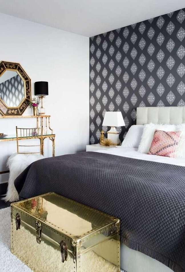 45. Papel de parede para quarto preto e branco decorado com detalhes em dourado – Foto: Ideias Decor