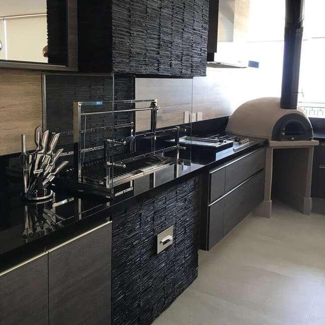 16. Área gourmet com revestimento de ardósia preta e armários planejados em cinza – Foto Leonice Alves Arquitetaa