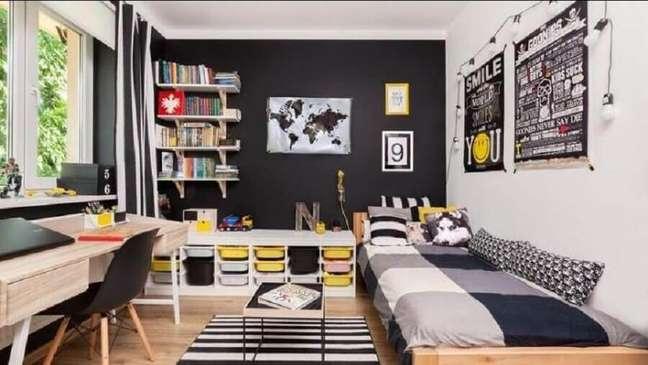 11. Escrivaninha de madeira para decoração de quarto preto e branco solteiro simples – Foto: Pinterest