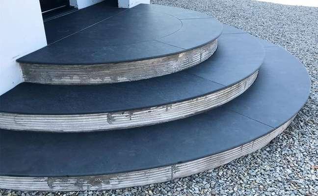 39. Escada com revestimento de ardósia preta – Foto Ardosia Company