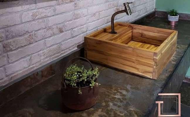 5. Bancada para banheiro de ardósia preta com cuba de porcelanato amadeirado – Foto Tatiana Guimarães Arquitetura