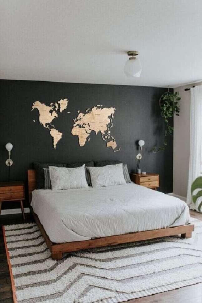 20. Decoração de quarto preto e branco com móveis de madeira e mapa na parede – Foto: Pinterest