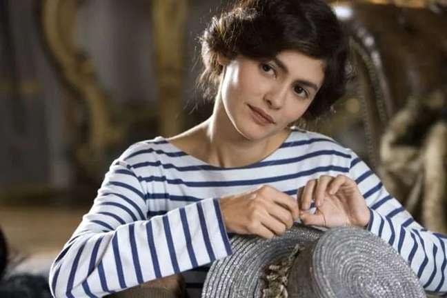 """Audrey Tatou no filme """"Coco Antes de Chanel"""", com a camisa navy"""