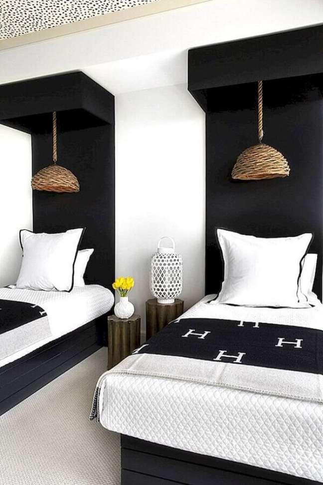 37. Luminária pendente rústico para decoração de quarto preto e branco solteiro – Foto: Home Fashion Trend