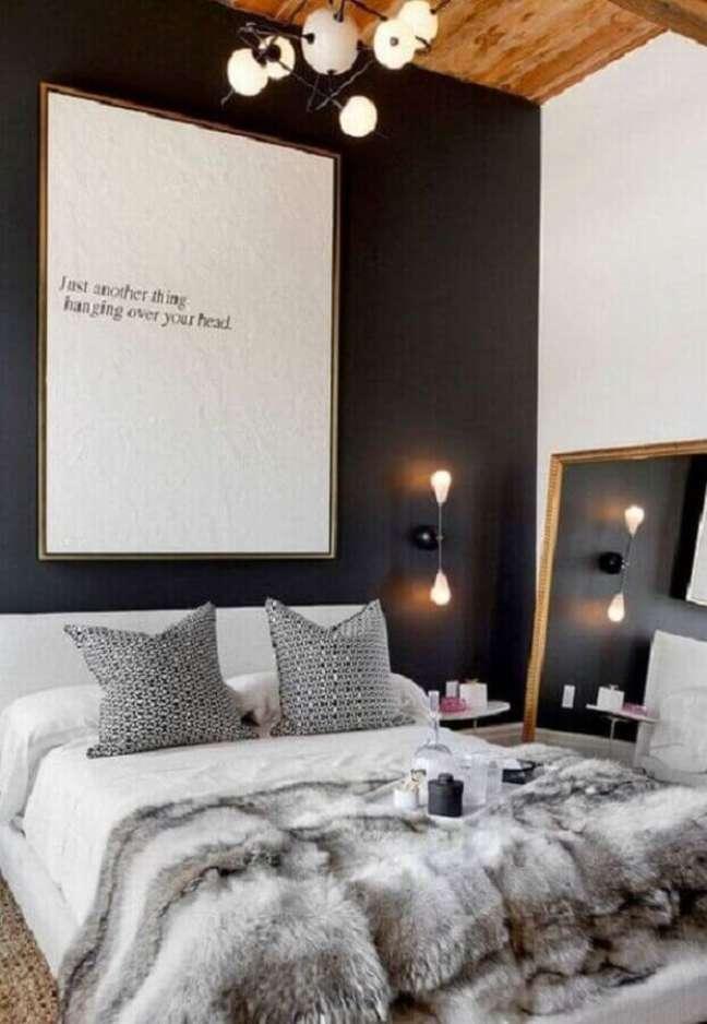 23. Decoração de quarto preto e branco com quadro grande e luminária de parede – Foto: Archilovers