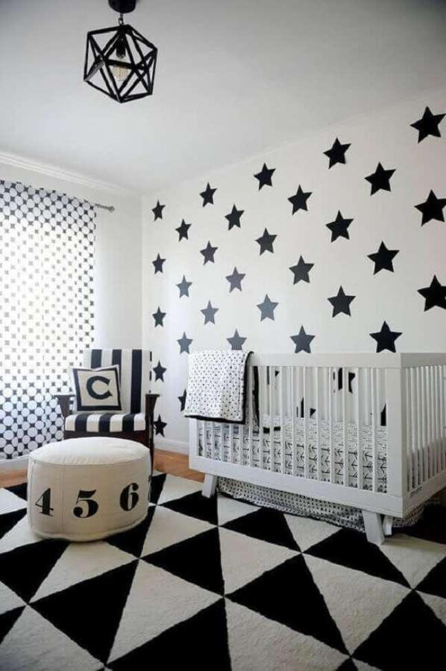 9. Decoração de quarto de bebê preto e branco com papel de parede de estrelas e tapete geométrico – Foto: Home Fashion Trend