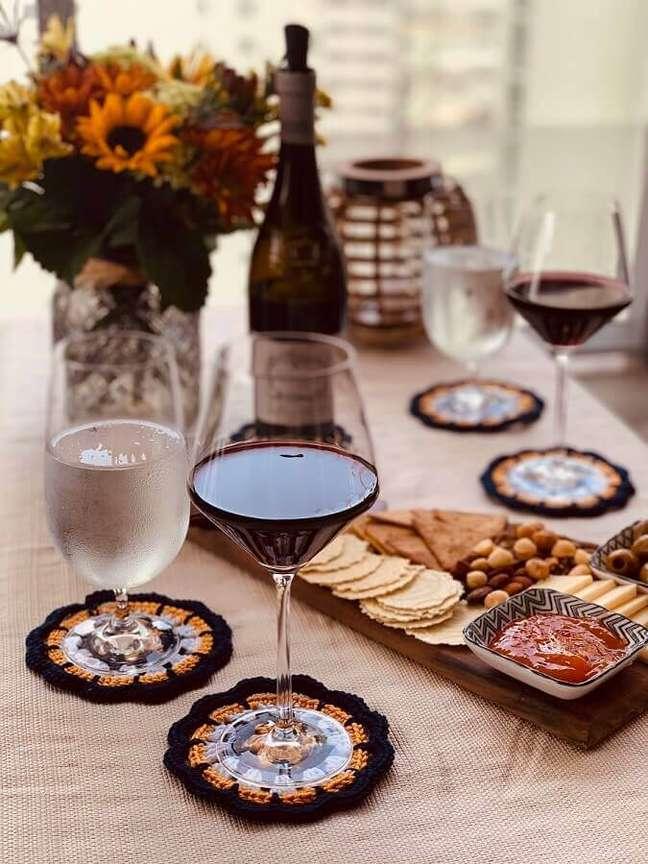 4. Mesa decorada com porta-copos de crochê – Foto: Círculo