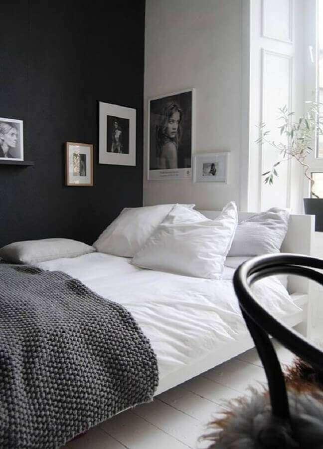 47. Quadros para decoração de quarto preto e branco simples – Foto: One Kindesign