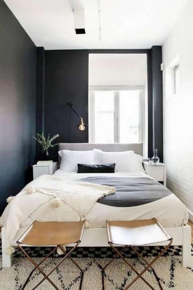 3. Com uma boa iluminação o quarto preto e branco pode contar com o preto como base da decoração – Foto: Archidea