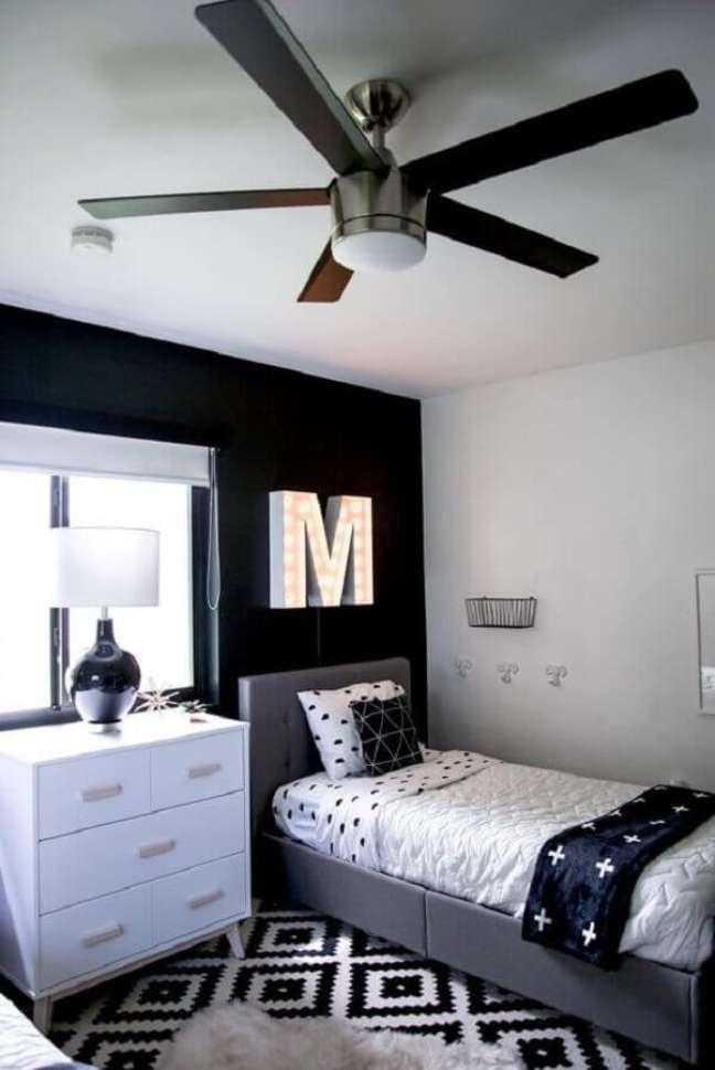 58. Tapete geométrico para decoração de quarto preto e branco solteiro – Foto: Pinterest